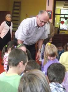 Načelnik Popović sa mališanima