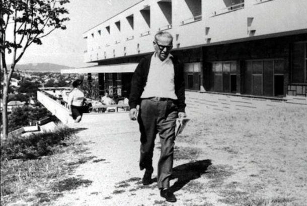 Ivo Andrić ispred hotela Moravica u Sokobanji