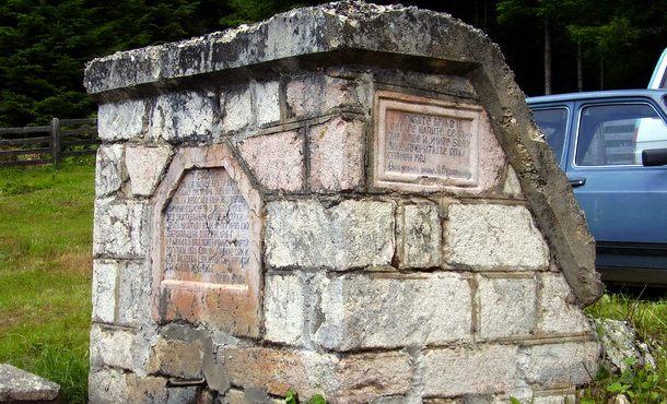 Spomenik u šumama Devetaka