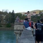Skok turista sa ćuprije