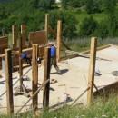 Postavljanje krovne konstrukcije na crkvu brvnaru