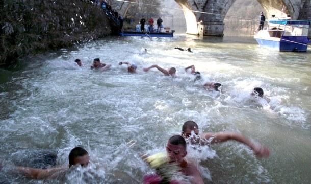 Plivanje za Časni krst u Višegradu