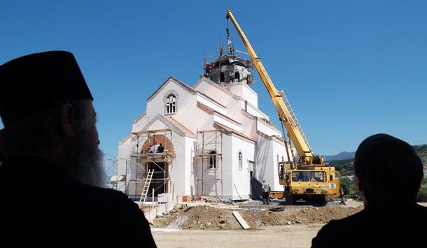 Postavljanje krsta na hram u Andrićgradu