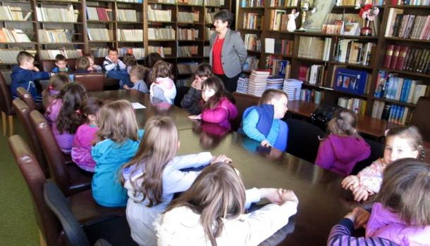 Djeca iz Čajniča u bilioteci