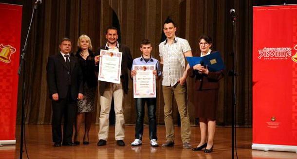 Aleksandar Ilić prima nagradu