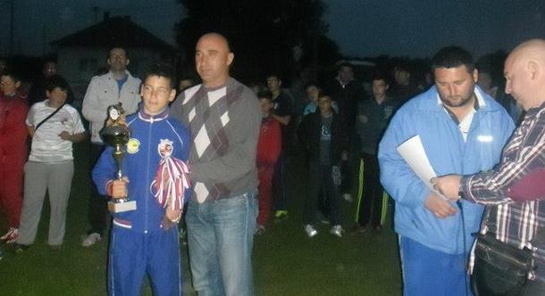 Danilo Kojić prima nagradu