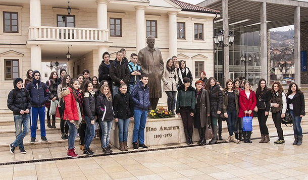 Ucenici polozili cvijece u Andricgradu