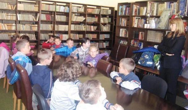 Djeca u biblio teci u Cajnicu