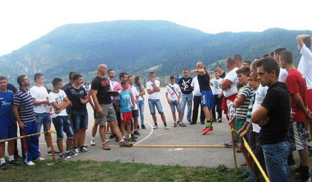Bacanje kugle u Cajnicu