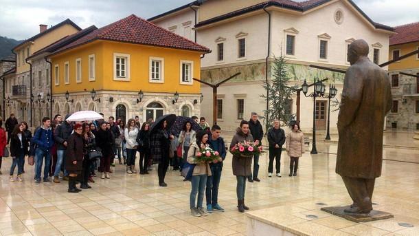 Polaganje cvijeca u Andricgradu