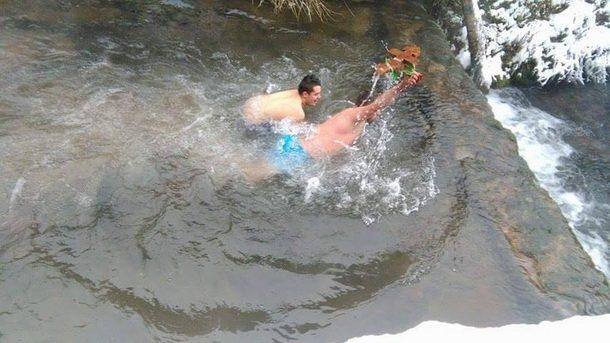 plivanje-bogojavljenje-u-cajnicu-3