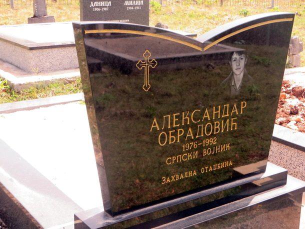 rogatica-acin-spomenik-u-porodicnom-groblju-na-mokrom-lugu2